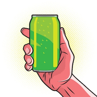 Lata de bebida verde fresca en mano roja caliente