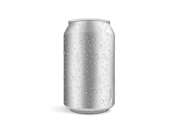 Lata de cerveza con gotas aisladas en blanco
