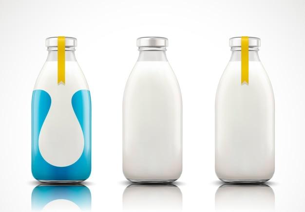 Leche en botella de vidrio con etiqueta en blanco