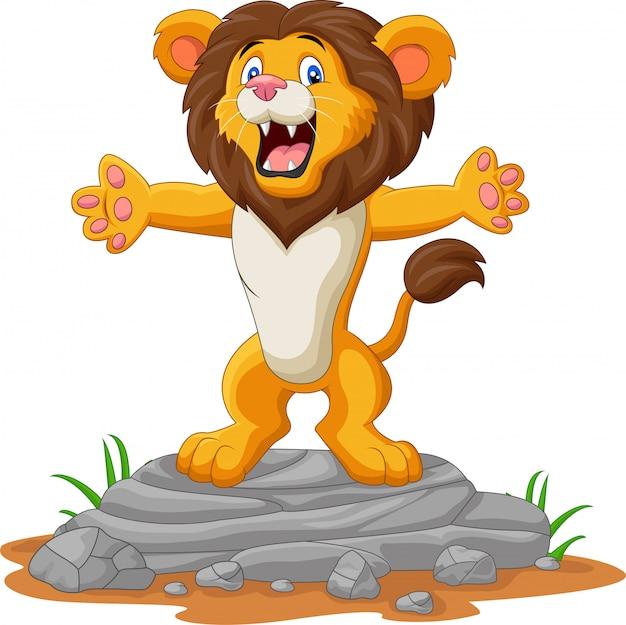 León de dibujos animados feliz posando en la roca