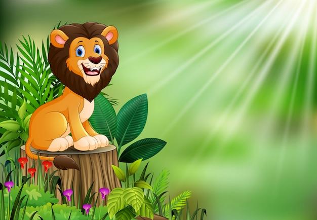 León de dibujos animados feliz sentado en un tocón de árbol con plantas verdes