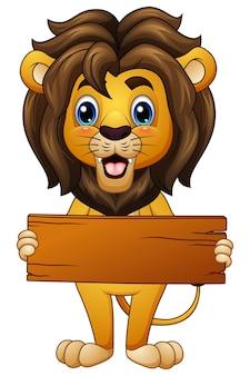 León de dibujos animados sosteniendo una tabla de madera vacía
