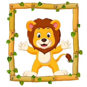 León en el marco de madera con raíces y hojas