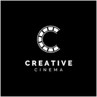 Letra inicial c con rayas de película para el logotipo de producción de películas