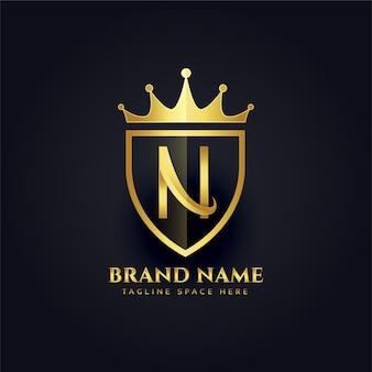 Letra n corona diseño de logotipo premium dorado
