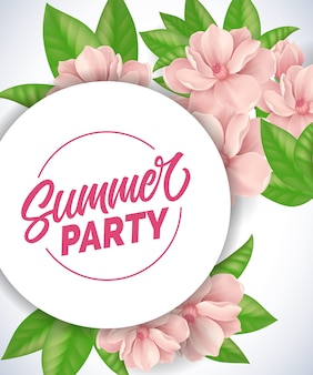 Letras de fiesta de verano. fondo romántico con flores tiernas rosadas y hojas.