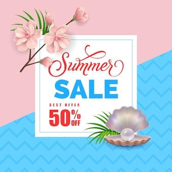 Letras de venta de verano con perlas en cáscara y ramita de flores.