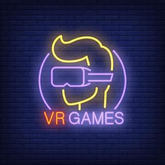 Letras de vr games y jugador en gafas de neón sobre fondo de ladrillo.