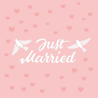 Letras decorativas dibujadas a mano de texto just married e ilustración de pájaros en rosa