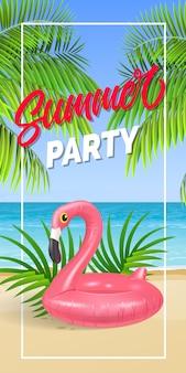 Letras de fiesta de verano en marco con playa de mar y anillo de natación.