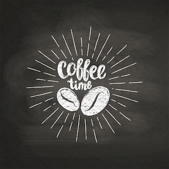 Letras con textura de tiza hora del café con granos de café en tablero negro.