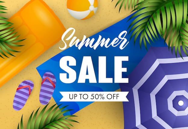Letras de venta de verano con colchón de aire, esterilla de playa y pelota