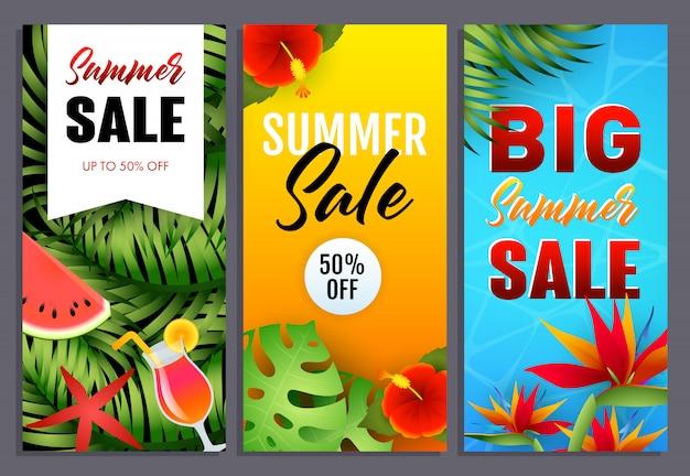 Letras de venta de verano conjunto con flores y hojas tropicales