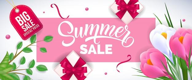 Letras de venta de verano en marco rosa con lirios, cajas de regalo y ramitas sobre fondo blanco
