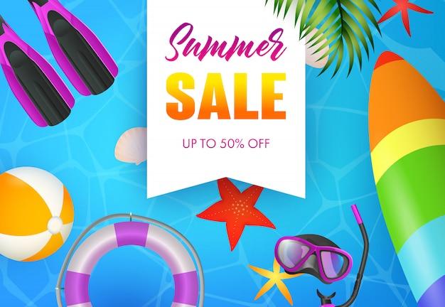 Letras de venta de verano, máscara de buceo, aletas y tabla de surf