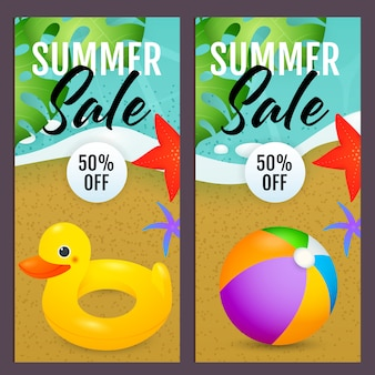 Letras de venta de verano con pelota de playa y anillo de natación