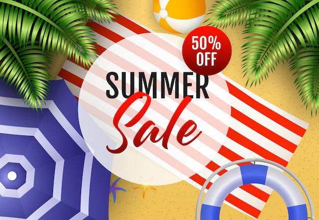Letras de venta de verano con pelota de playa, tapete y sombrilla