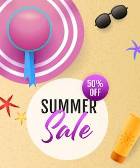 Letras de venta de verano con playa de mar, sombrero y protector solar.