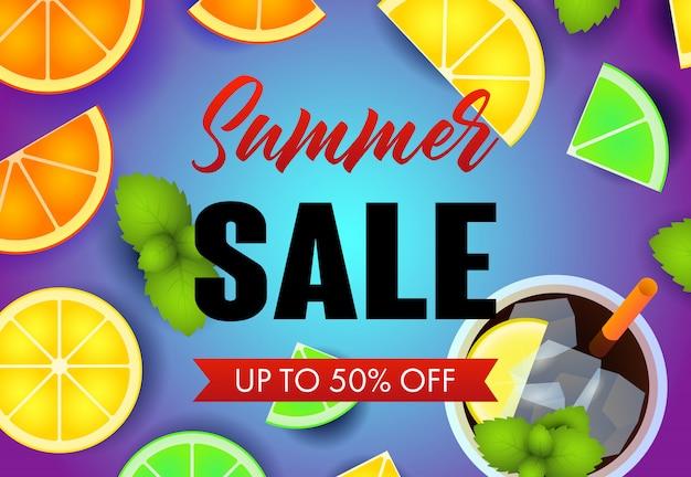 Letras de venta de verano con rodajas de fruta y mojito cocktail.