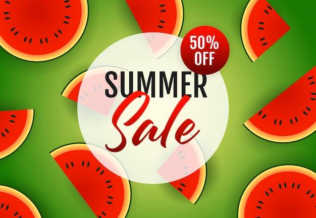 Letras de venta de verano con rodajas de sandía.