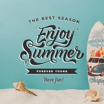 Letras de verano con arenas y tabla de surf