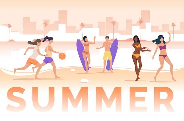 Letras de verano, gente jugando y sosteniendo tablas de surf en la playa.