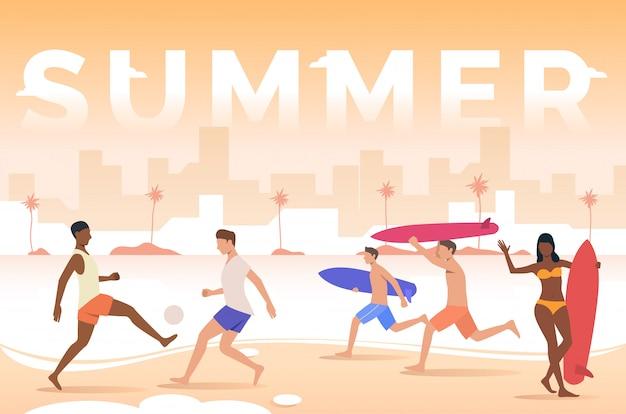 Letras de verano, gente jugando, sosteniendo tablas de surf en la playa.