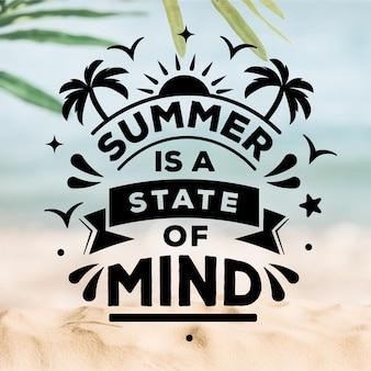 Letras de verano con playa borrosa