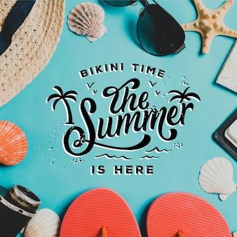 Letras de verano con sombrero y conchas de mar