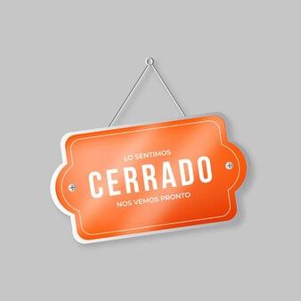 Letrero de cerrado naranja colgado realista