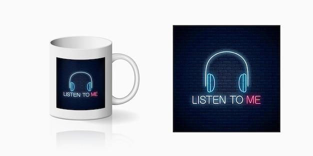 Letrero de neón con auriculares y escúchame el eslogan impreso para el diseño de la taza.
