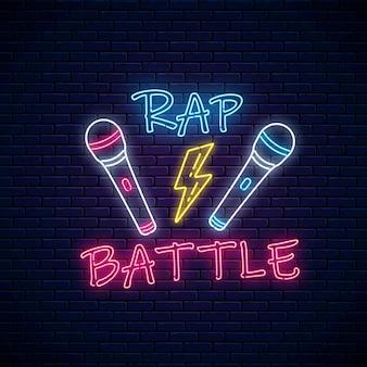 Letrero de neón de batalla de rap con dos micrófonos y relámpagos. emblema de la música hip-hop.