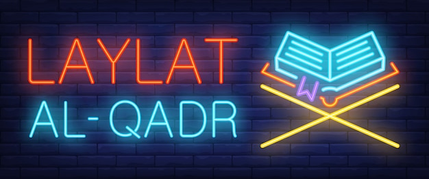 Letrero de neón laylat al-qadr. bar brillante letras y el corán