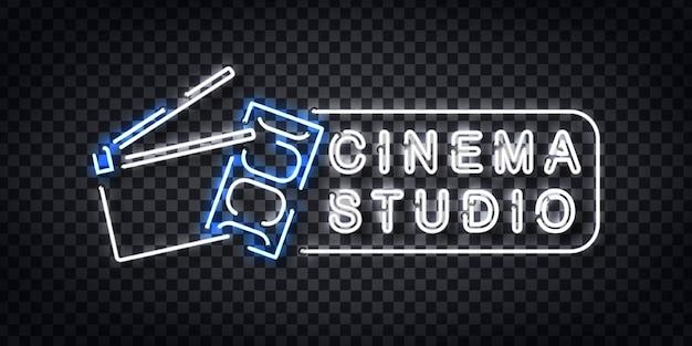 Letrero de neón realista del logotipo de cinema studio para la decoración de la plantilla y la cubierta de la invitación en el fondo transparente.
