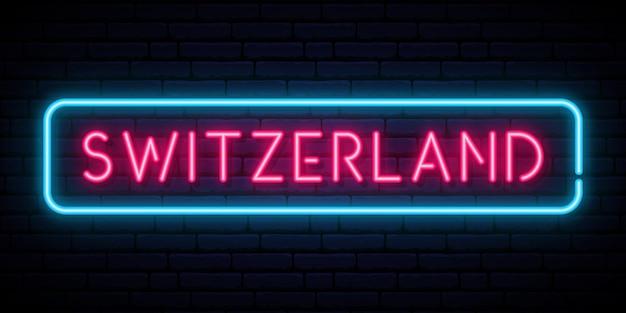 Letrero de neón de suiza en la pared azul oscuro