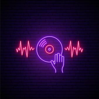 Letrero de vinilo de neón en la pared púrpura