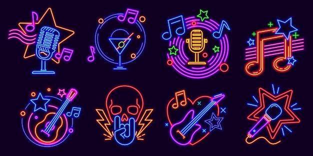Letreros de neón para karaoke club y stand up comedy show. logo resplandeciente de la noche de la fiesta de música con micrófonos y nota. conjunto de vector de evento de barra de karaoke. letreros de vida nocturna con guitarra eléctrica y calavera.