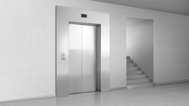 Levante la puerta y las escaleras en el vestíbulo. ascensor con puertas metálicas cerradas, botones y panel de números de escenario.