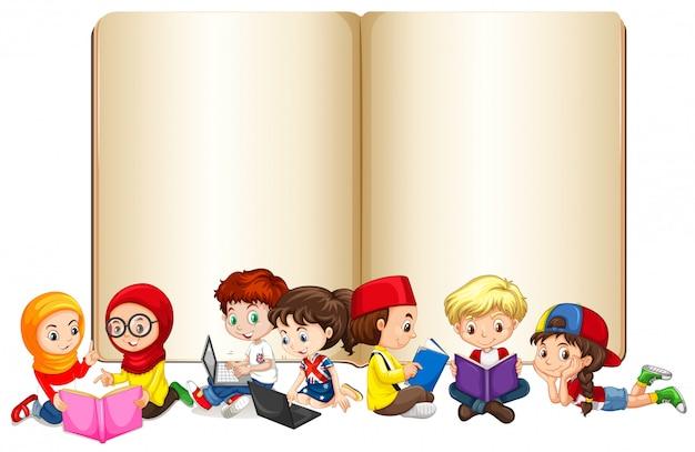 Libro en blanco con niños trabajando y leyendo.
