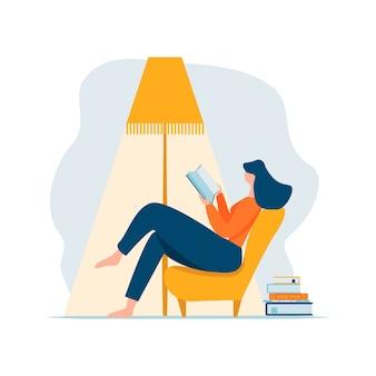 Libro de lectura de la mujer adulta joven que se relaja sentado en la silla bajo la lámpara y la pila de libros. personaje femenino de dibujos animados recostado en el sofá y descansar en casa