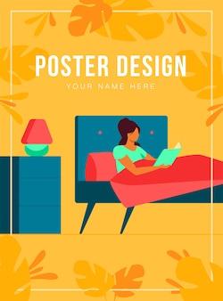 Libro de lectura de mujer joven antes de irse a dormir. chica descansando en la cama cerca de la lámpara de noche y la ventana por la noche