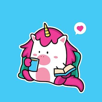 Libro de lectura de unicornio con café