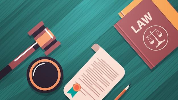 Libro de martillo y juez sobre mesa de madera, asesoramiento legal y justicia, concepto de justicia, escritorio, vista de ángulo superior, ilustración vectorial horizontal