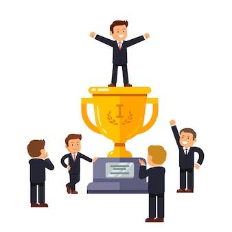 Líder de pie en el gran ganador taza de oro