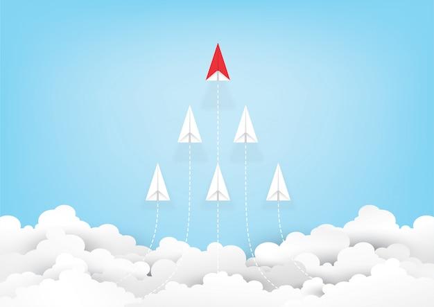 Liderazgo de avión de papel rojo de origami en cielo azul