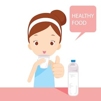 Linda chica agua potable, comida sana, para una buena salud