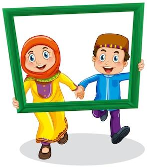 Linda foto de niño y niña musulmana en marco de madera