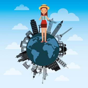 Linda jovencita con mapa turístico en diferentes monumentos del mundo.