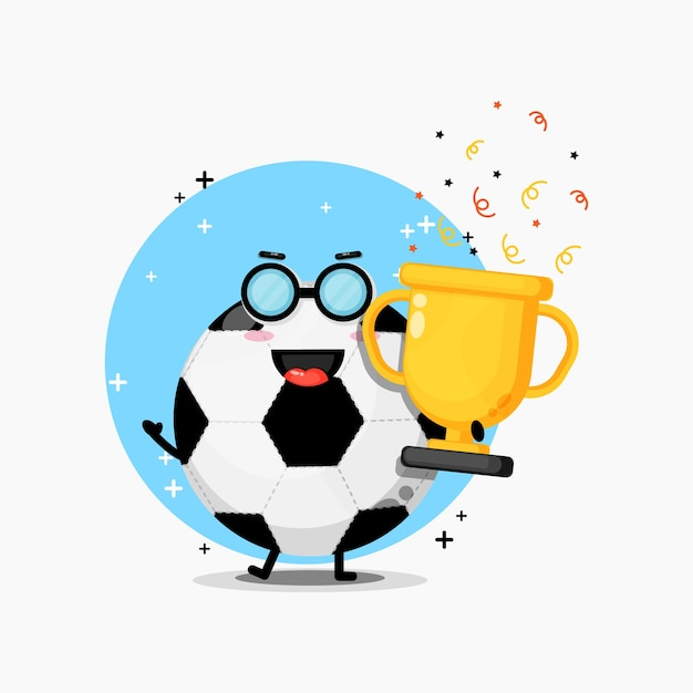 Linda mascota de balón de fútbol levanta el trofeo