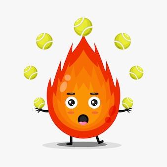 Linda mascota de fuego jugando pelota de tenis